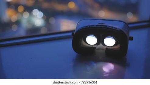 Virtual-Reality-Gerät mit dem Stadthintergrund bei Nacht