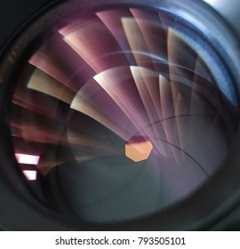 Cerrar la lente de la cámara con reflejo de luz
