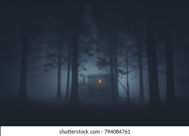 casa de miedo en el misterioso bosque de terror en la noche