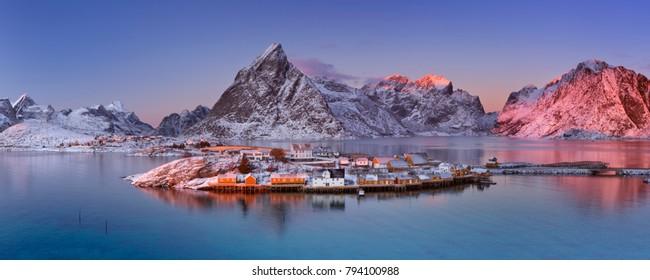 Das Dorf Reine auf den Lofoten in Nordnorwegen. Fotografiert in der Abenddämmerung im Winter.