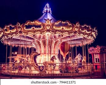 hermoso carrusel brillante en el parque por la noche en invierno
