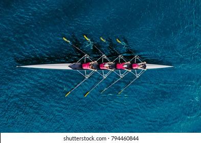 Frauenruderteam auf blauem Wasser, Draufsicht