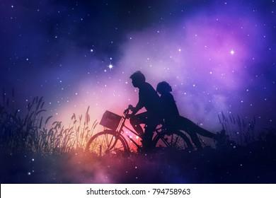 Romantisch paar verliefd op hun fiets op veld, dromen over de sterren aan de nachtelijke hemel.