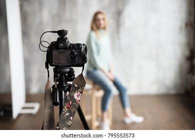 プロの写真カメラを使ったスタジオでの写真撮影の舞台裏