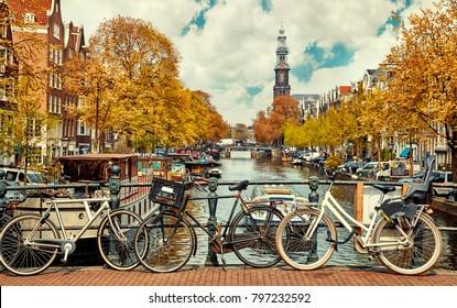 Fahrrad über Kanal Amsterdam Stadt. Malerische Stadtlandschaft in den Niederlanden mit Blick auf den Fluss Amstel.