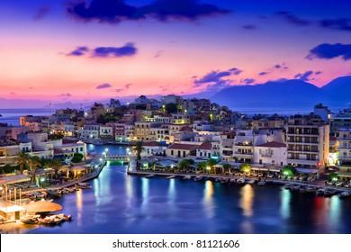 Agios Nikolaos. Agios Nikolaos ist eine malerische Stadt im östlichen Teil der Insel Kreta, die im Nordwesten der friedlichen Bucht von Mirabello erbaut wurde.