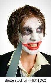 ¿Por qué tan serio? Retrato de joven joker cortando su sonrisa