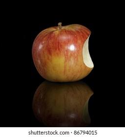 Apfel mit fehlendem Teil im schwarzen reflektierenden Rücken. Sieht ein bisschen aus wie das Apple Macintosh Logo