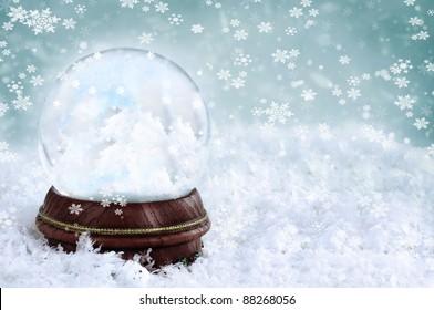 中に雲とコピースペースがある魔法のクリスマススノードーム。スノードームに選択的に焦点を当てた浅い被写界深度。
