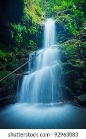 Schöner üppiger Wasserfall in Hawaii