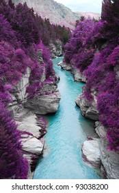 Montaña del bosque de pinos púrpura del paisaje fantástico y corriente azul, fondo de la opinión del paisaje de la naturaleza de la belleza.