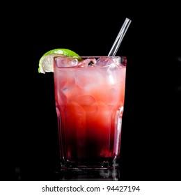 Frisches Getränk auf schwarzem Hintergrund