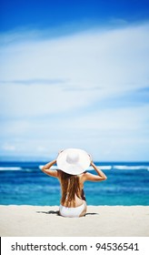 Joven mujer caucásica en la playa, bali