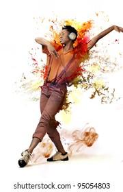 音楽を聴くと踊りの若いアフリカ人女性