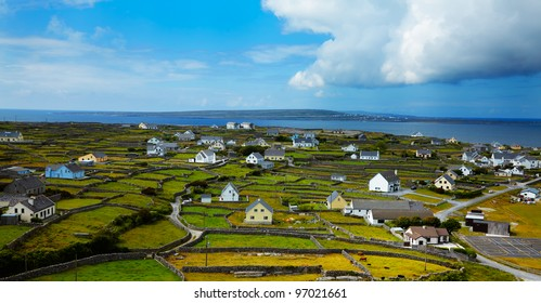 Paisaje panorámico de la isla Inisheer, parte de las islas Aran, Irlanda.