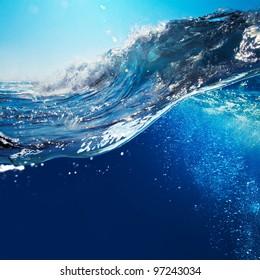 青い空と日光の大きな海の波のオーシャンビューの海の風景