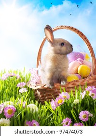 Osterkorb mit dekorierten Eiern und dem Osterhasen