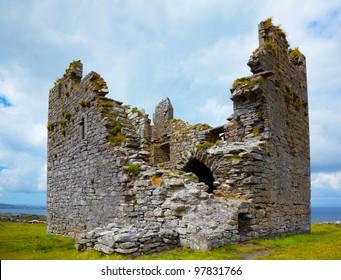 Exterior del castillo de O'Brien en Inisheer Island, Irlanda.