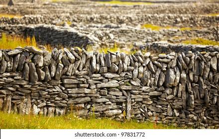 Filas de vallas tradicionales irlandesas de piedra en Inisheer Island, Irlanda.