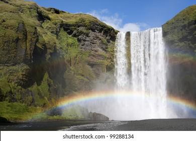 アイスランドのスコゥガフォス滝の二重の虹