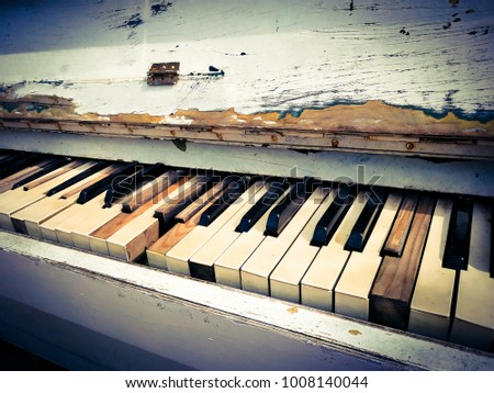 keys of the old piano