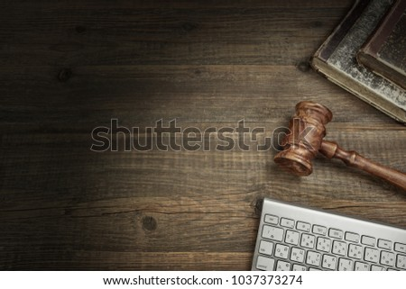 PC Keyboard, Old Books, Judge Gavel Or Auctioneer Hammer, On Vintage Wooden Table Background. Top View. Concept For IT Technology Jurisprudence, Internet Fraud Or Auction Bidding Or E-Trade