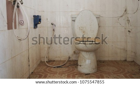 Dirty toilet Has not been cleaned very long. #1075547855