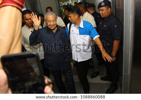 PETALING JAYA, MALAYSIA - MAY 12 : Mahathir bin Mohamad, the 7th Prime Minister of Malaysia waved to his supporters after a press conference in Petaling Jaya, near Kuala Lumpur on May 12, 2018 #1088860088