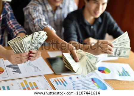 Stock cash business Dividing Benefits Cash Business Sharing money To use in the job The result is quite a lot of money. #1107441614