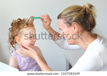 Washing out Head lice in the hair of a child