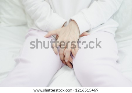 Women wear creamy hand cream to scratch the vagina. Itching is caused by fungus in the bra. Do not focus on objects. #1216515469