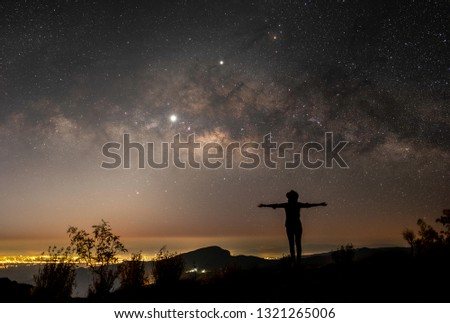 Stars and the Milky Way in the night sky are very beautiful. #1321265006