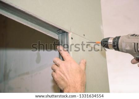 Tighten the screws. Screw the screws with the tool. Repair in the apartment. door installation. Locksmith work. The installer. #1331634554