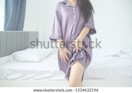 Women wear purple skirt Use the hand to scratch the vagina.Genital itching caused by fungus in underwear.Do not focus on objects. #1334632196