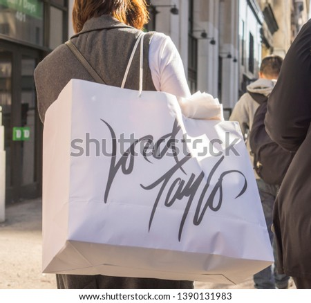 New York NY/USA-October 6, 2014 Shopper on Fifth Avenue in New York with a Lord & Taylor shopping bag #1390131983