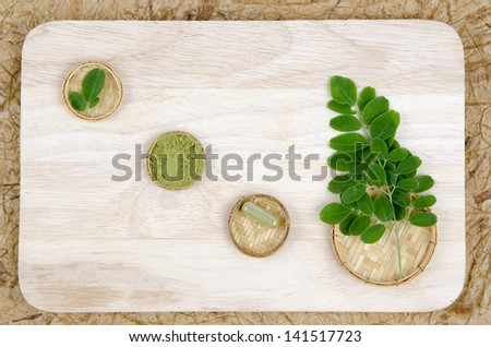 leaves of the Bitter cucumber-chinese (Moringa oleifera Lam.) Processed into Bitter cucumber-chinese. Powder packed in capsules.  #141517723
