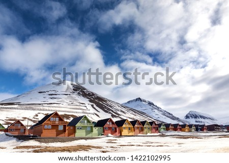 Row of colourful chalet houses in Longyearbyen, Svalbard, the most northery town in the world. Svalbard is a Norwegian archipelago between mainland Norway and the North Pole. #1422102995