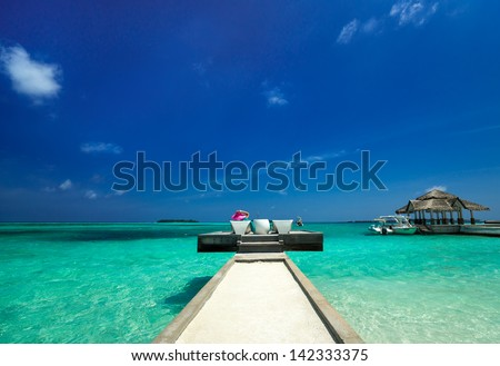 Island berth #142333375
