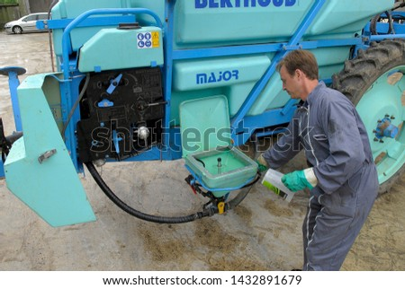 Oise, France, May 2009.  Compulsory technical control of field sprayer by a authorised repairer. Control pressures with  pressure gauge #1432891679