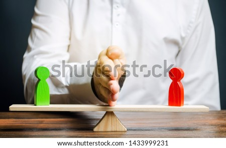 Wooden figures of people on scales and a mediator / arbitrator. Resolving conflict situations and disputes. Conclusions of the peaceful resolution of disputes. Conflict of interest. Business opponents #1433999231