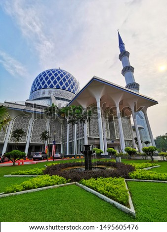 Different perspectives of public royal mosque in Malaysia. Keywords contain local terms.  #1495605476