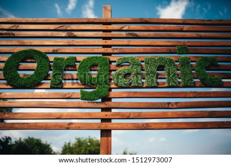 Wooden billboard with the logo 100 % organic with leaves. Organic insiration . Organic icon. Natural product #1512973007