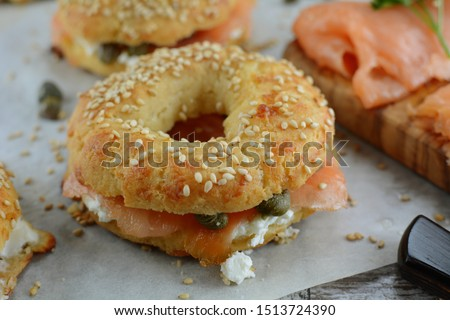 Keto Bagels with Cream Cheese, Smoked Salmon and Capers - an entire recipe preparation method #1513724390