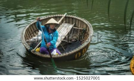 XU DUA / HOI AN, 13 SEP 2019 - Basket Boat Performance in Xu Dua tourist are atrracts alot of tourists, Hoi An, Vietnam #1525027001