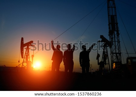 The oil workers in the job #1537860236