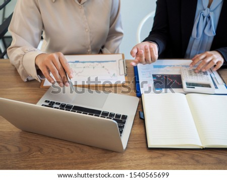 Trader team discussion and analyze stock graph and report, set targets for online trading management success. #1540565699