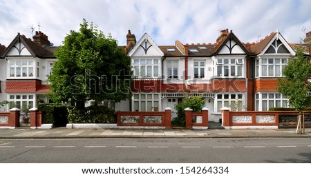 London street of early 20th century Edwardian terraced houses, without parked cars. #154264334