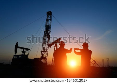 The oil workers in the job #1545312017
