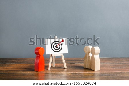 The leader explains employee tactics of advertisings strategies targeting. Training, briefing. Studying the target audience, increasing the effectiveness of advertising and business. retargeting #1555824074