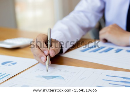 Analyzing graphs, Chai used a pen to point to the graph to analyze the business summary of the 2nd quarter of the year, analyze graph plans. #1564519666